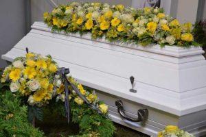 Sarg gelbe Blumen-Abschied nehmen-Bestattungen Hafa-Rottweil