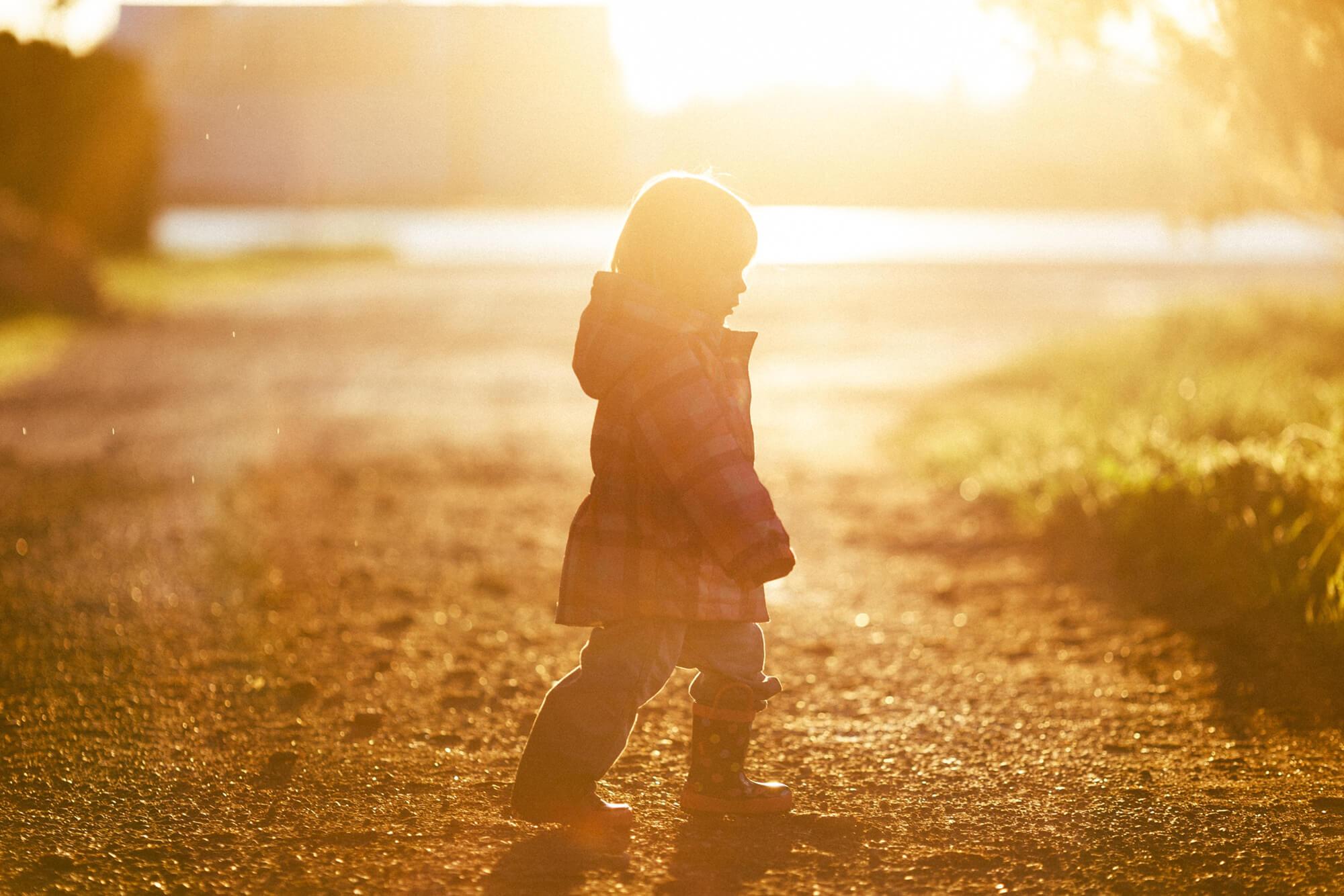 Kind läuft über Graß-Sternenkinder-Bestattungen Hafa-Rottweil